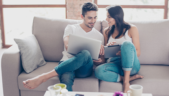 HappyCoupleOnTheCouchBrowsingOnTheirLaptop_03